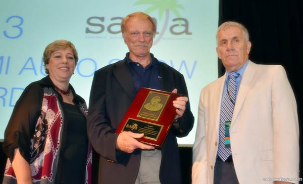 Marjie Lambert and SAMA founding member/former president Paul Borden present the annual Terry Jackson Award to automotive journalist Ron Beasley at 2013 Miami International Auto Show luncheon